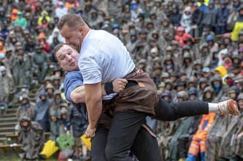 Joel Wicki (links) gegen Christian Schuler. (Bild: Urs Flüeler / Keystone, 28. Juli 2019)