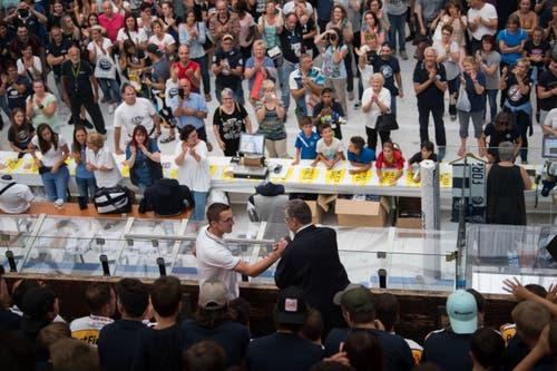 Präsident Filippo Lombardi (rechts) begrüsst Trainer Luca Cereda per Handschlag. (Bild: Samuel Golay / Keystone, 28. Juli 2019)