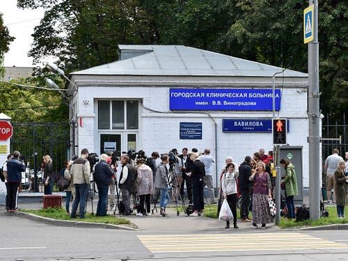 Journalisten belagern das Spital, in das der russische Oppositionelle Alexej Nawalny gebracht wurde. (Bild: KEYSTONE/AP)