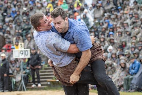 Michael Gwerder (links) gegen Ruedi Roschi im 5. Gang. (Bild: Urs Flüeler / Keystone, 28. Juli 2019)