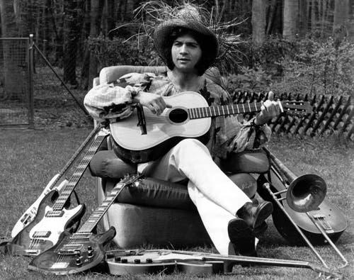 1972: Cordalis sitzt mit seinen Musikinstrumenten im Garten seines Reihenhauses in Heusenstamm bei Frankfurt am Main. (Bild: KEYSTONE/DPA/Heinz Wieseler)