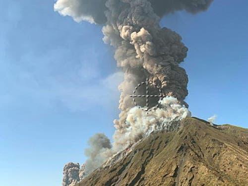 Nach einer Explosion des Vulkans Stromboli erhob sich eine Rauchwolke über der Insel. (Bild: KEYSTONE/EPA ANSA/MARIO CALABRESI /)