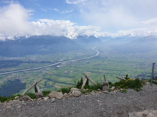 Sobald sich der Nebel lichtet, fällt der Blick ins Rheintal, das gegenüberliegende Vorarlberg und Liechtenstein sowie bis ins Bündnerland.