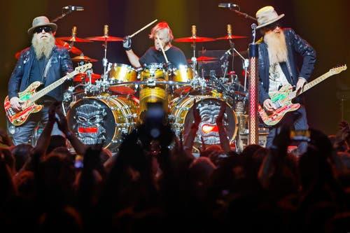 Das Bluesrock-Trio ZZ Top mit (v.l.) Bassist Dusty Hill, Drummer Frank Beard und Gitarrist Billy Gibbons geben alles.