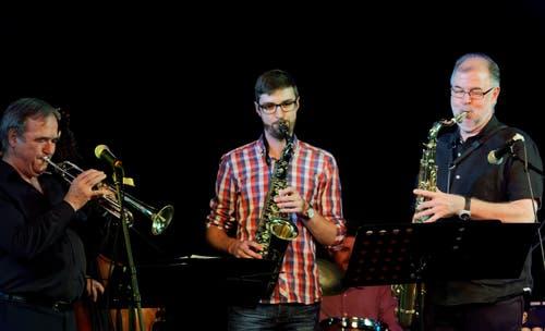 Die Brüggers vom Bözberg: Vater Roman Brügger war nie professioneller Musiker, als Lehrer allerdings war ihm die Musik während seines Berufslebens ein grosses Anliegen. Und seit Jahrzehnten ist er als erdiger Swing-Saxophonist und Klarinettist in der Aargauer Amateurszene ein fester Wert. Der Musikvirus infizierte seine zwei Söhne gleichermassen: Der ältere, Lukas, machte ebenfalls das Saxophon zu seinem Instrument, als Komponist und Arrangeur leitet er seine eigene Big Band. Zusammen mit Bruder Jonas am Schlagzeug spielt er in der Popband «Hier spricht Paul», und natürlich: Immer wieder stehen die drei Brüggers gemeinsam auf der Bühne, meistens dann, wenn einfach swingender Jazz gefragt ist. www.lukasbruegger.ch