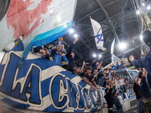 Ambri-Fans feiern nach einem Playoff-Sieg (Bild: KEYSTONE/MARCEL BIERI)