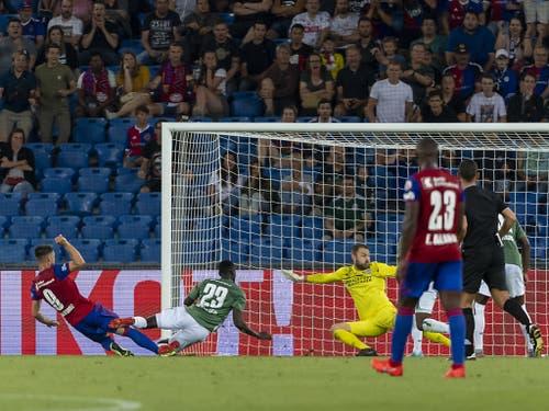 Die Entscheidung: Ausgerechnet der Niederländer Ricky van Wolfswinkel erzielte das 2:1 für den FCB (Bild: KEYSTONE/GEORGIOS KEFALAS)