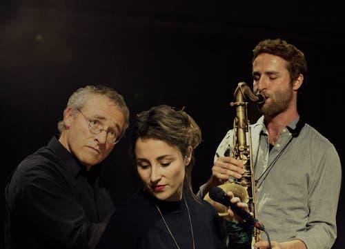 Die Hubers aus Rupperswil: Schon zum zweiten Mal war der Saxofonist und Komponist Christoph Huber für die Musik zu «Musik und Tanz Königsfelden» verantwortlich. Seine Schwester Corinne Huber war als Sängerin und Gitarristin mit von der Partie und zusammen stehen sie mit «Nojakîn» auf der Bühne. Vater Felix Huber aus Rupperswil war einer der ersten, die in den frühen Siebzigerjahren eine moderne und rockige Form von Jazz auf Aargauer Jugendhausbühnen brachte, «Jigsaw» hiess die Band. Später machte er vor allem als Komponist von sich reden, er gewann immer wieder Preise bei Wettbewerben. Alle drei Hubers sind in der Familienband «Cophix» zu hören. www.christophhuber.comwww.corinnenorah.comwww.www.felixhuber.ch