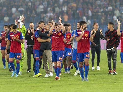 Wieder einmal eine rauschende Jubelnacht im St. Jakob-Park: Die Spieler des FC Basel bedanken sich nach dem Sieg gegen den PSV Eindhoven bei den Fans (Bild: KEYSTONE/GEORGIOS KEFALAS)