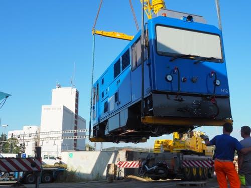 Eine 28 Tonnen schwere Lokomotive der Stadler Rail wurde beim Dienstagmorgen am Wiler Bahnhof auf einen Lastwagen gehievt. Bilder: Jörg Roth