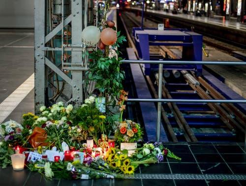 Blumen und Kerzen in der Nähe des Tatorts. (Bild: Michael Probst)