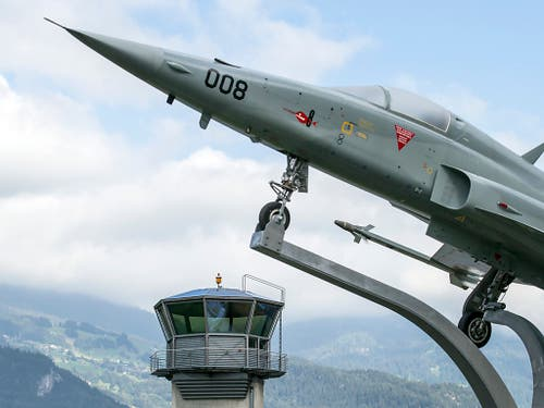Auf dem Militärflugplatz Meiringen sollen Wiesel die Mäusepopulation in Schach halten. (Bild: KEYSTONE/ALEXANDRA WEY)