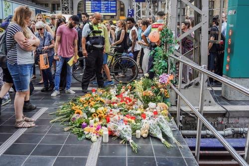 Auch viele Blumen wurden niedergelegt. (Bild: EPA/CARSTEN RIEDEL)