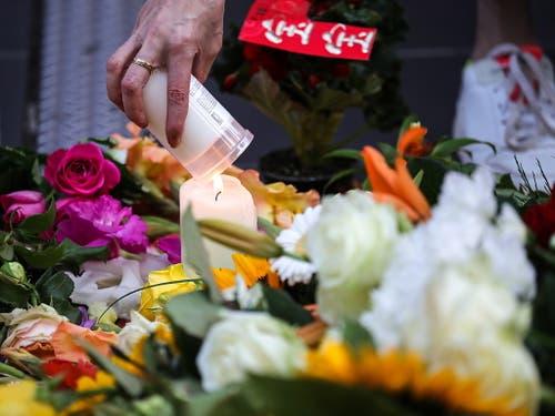 Eine Kerze wird für den im Frankfurter Hauptbahnhof vor einen Zug gestossenen Knaben angezündet. (Bild: KEYSTONE/EPA/ARMANDO BABANI)