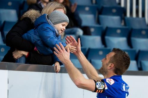 Sohn Nico gratuliert Christian Schneuwly zum Tor zum 2:0 im Spiel gegen den St. Gallen. (Bild: Alexandra Wey / Keystone, Luzern, 10. März 2019)