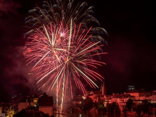 Feuerwerk über dem Rhein in Basel am Vorabend des Nationalfeiertags. (Bild: Keystone/Georgios Kefalas)