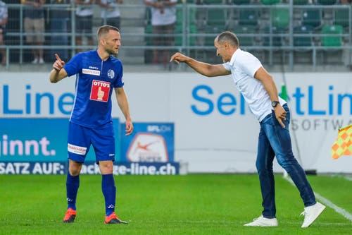 FCL-Trainer Thomas Häberli zeigt Christian Schneuwly, wo er zu stehen hat. (Bild: Martin Meienberger, St. Gallen, 20. Juli 2019)