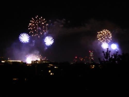 Das Basler 1. August-Feuerwerk über dem Rhein wird von zwei Schiffen aus gestartet; die Bilder sind so fast synchron doppelt. (Bild: Keystone-SDA/Roger Lange Morf)