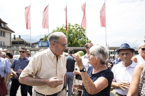 Bundesrat Guy Parmelin unterhält sich am Apéro mit der Bevölkerung. (Bild: Alexandra Wey/Keystone, Schwyz, 4. Juli 2019)