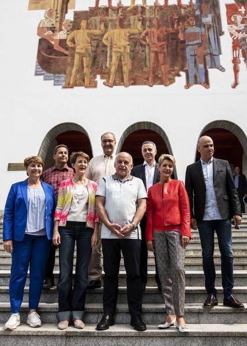 Die Landesregierung vor dem Bundesbriefmuseum in Schwyz. (Bild: Alexandra Wey/Keystone, Schwyz, 4. Juli 2019)