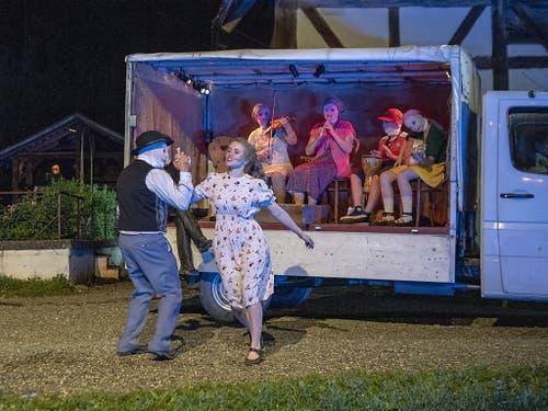 Ein Spielmann mit Maske tanzt mit Vreneli - die Musikanten fahren auf dem Ballenberg ganz modern per Lieferwagen auf. (Bild: KEYSTONE/URS FLUEELER)
