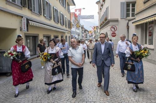 Die Bundesrat-Delegtion auf dem Weg zum Lehnplatz. (Bild: Urs Flüeler/Keystone, Altdorf, 4 Juli 2019)