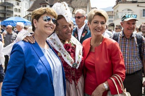 Viola Amherd und Karin Keller-Sutter zeigen sich volksnah. (Bild: Alexandra Wey/Keystone, Schwyz, 4. Juli 2019)