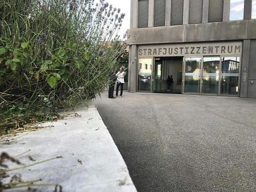 Im Sterbehilfe-Prozess vor dem Baselbieter Strafgericht im Strafjustizzentrum in Muttenz halten Staatsanwaltschaft und Verteidigung ihre Plädoyers. (Bild: Roger Lange, Keystone-SDA)