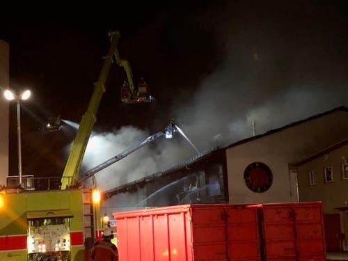 Die Feuerwehr stand mit mehreren Dutzend Löschkräften aus vier Korps im Einsatz. (Bild: Kantonspolizei Zürich)