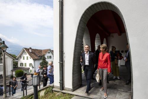Ignazio Cassis und Karin Keller-Sutter verlassen das Bundesbriefmuseum. (Bild: Alexandra Wey/Keystone, Schwyz, 4. Juli 2019)