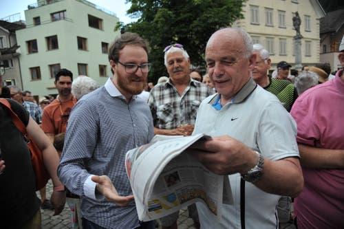 Bundesratsbesuch in Uri: Ueli Maurer nimmt von Florian Arnold, Redaktionsleiter der Urner Zeitung, die Wünsche der Urner entgegen. (Bild: Urs Hanhart, 4. Juli 2019)