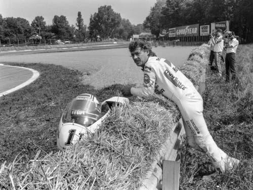 Nach einem Defekt am Motorrad: Stefan Dörflinger im Mai 1986 am Pistenrand in Monza (Bild: KEYSTONE/STR)