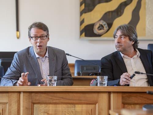 Die Medienwissenschaftler Guido Keel (links) und Vinzenz Wyss (rechts), die im Auftrag der Urner Regierung die Berichterstattung zu einem aufsehenerregenden Mordprozess aufgearbeitet haben. (Bild: KEYSTONE/URS FLUEELER)