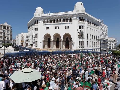Am algerischen Unabhängigkeitstag haben erneut Zehntausende Menschen gegen die Führungselite protestiert. In der Hauptstadt Algier versammelten sich die Demonstranten zunächst wie üblich vor der Hauptpost. (Bild vom 28. Juni) (Bild: KEYSTONE/AP/TOUFIK DOUDOU)