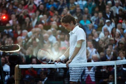 «Obwohl ich in Wimbledon auch bei einigen Siegen Roger Federers dabei war, ist mir doch am meisten die Finalniederlage gegen Rafael Nadal 2008 in Erinnerung geblieben. Nachdem Federer die ersten beiden Sätze verloren hatte, dachte niemand, dass er sich noch einmal zurückkämpfen würde. 7:6, 7:6 entschied er Satz 3 und 4 für sich. Als er den fünften Satz nach 4:48 Stunden Spielzeit schliesslich mit 9:7 verlor, war es bereits 21.17 Uhr Ortszeit und so dunkel, dass die Fotografen direkt nach dem Matchball die Blitze auf die Kameras stecken mussten.» (Bild: Sven Thomann/Blick)