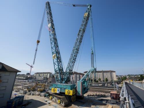 Der gewaltige Kran ist nötig, um die Dauer der Sanierungsarbeiten der viel befahrenen Brücke zwischen Ecublens und Crissier möglichst kurz zu halten. (Bild: Keystone/JEAN-CHRISTOPHE BOTT)