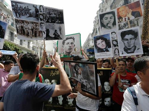 Zum 57. Jahrestag von Algeriens Unabhängigkeit von Frankreich wurden am Freitag auch die Freiheitskämpfer des Algerienkrieges mit Sprechchören gewürdigt. (Bild: KEYSTONE/AP/TOUFIK DOUDOU)