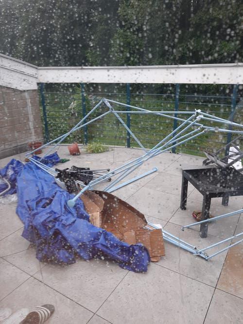 Heimische Balkone werden vor dem Gewitter nicht verschont. (Leserbild, Luzern, 6. Juli 2019)