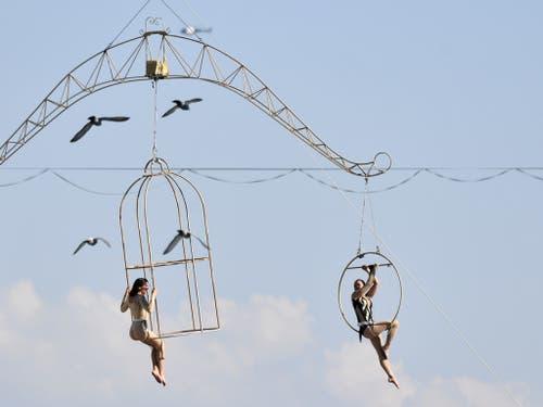 Trapezkünstlerinnen und -künstler «schweben» über der Limmat. (Bild: Keystone/WALTER BIERI)