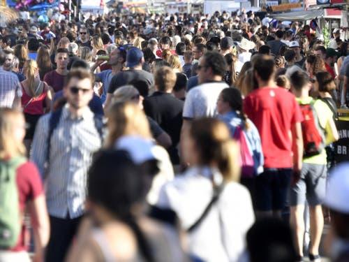Das Züri Fäscht ist das grösste Volksfest der Schweiz. Erwartet werden bis am Sonntag bis zu zwei Millionen Besucherinnen und Besucher. (Bild: Keystone/WALTER BIERI)