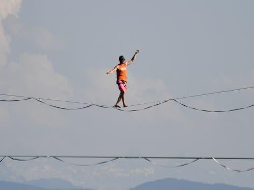 Die weltbesten Highline-Athleten balancieren hoch über der Limmat auf einer Slackline. (Bild: Keystone/WALTER BIERI)
