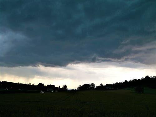 Da braut sich was am Himmel zusammen. Gewitterwolken über Malters. (Bild: Urs Gutfleisch, 6. Juli 2019)
