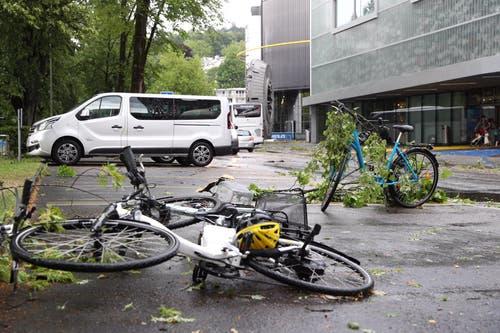 Velos liegen beim Verkehrshaus am Boden. (Bild: Philipp Schmidli, Luzern, 6. Juli 2019)