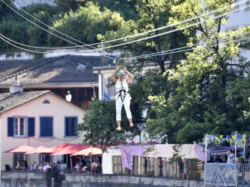 Mit der Zip-Line kann man vom Lindenhof den den Limmatquai «fliegen». (Bild: Keystone/WALTER BIERI)