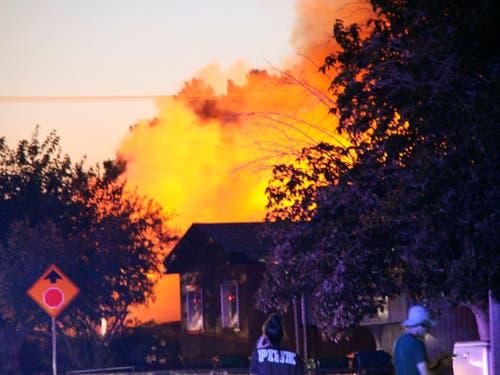 Durch das Erdbeben in Südkalifornien sind im Bezirk Kern County mehrere Feuer ausgebrochen. (Bild: KEYSTONE/AP The Daily Independent/JESSICA WESTON)