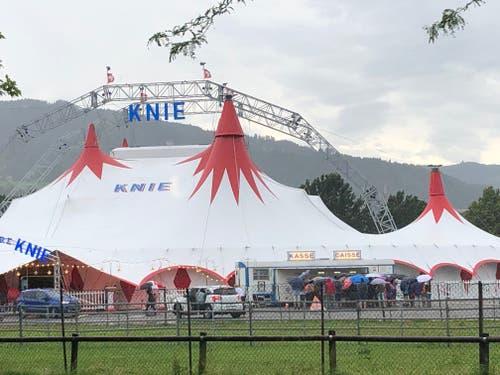 Die Vorstellung des Circus Knie auf der Allmend wurde abgebrochen. Die Zuschauer versammeln sich vor dem Zelt. (Leserbild, Luzern, 6. Juli 2019)