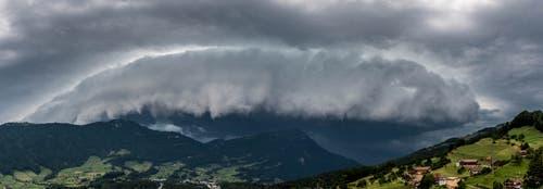 So sah es aus, als heute Nachmittag das Gewitter über dem Steinerberg SZ aufzog. (Leserbild: Florian Schäfer. 6. Juli 2019)