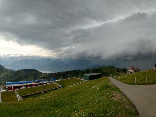 Erdrückend dunkel waren die Wolken auch auf der Rigi. (Leserbild: Michael Schär, Rigi, 6. Juli 2019)