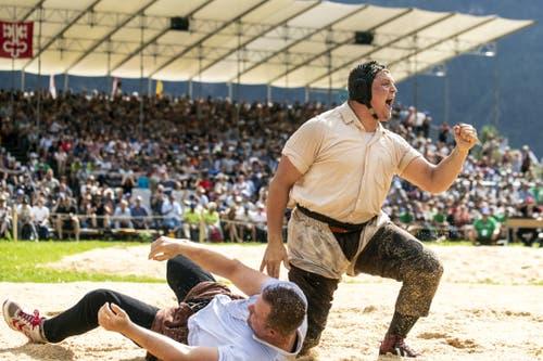 Nick Alpiger gewinnt das 113. Innerschweizer Schwing- und Älplerfest in Flüelen nach dem Schlussgang gegen Christian Schuler, links. (KEYSTONE/Alexandra Wey)