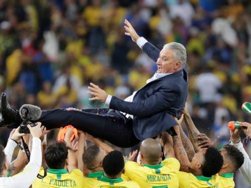 Die Spieler lassen Trainer Tite hochleben (Bild: KEYSTONE/AP/LEO CORREA)